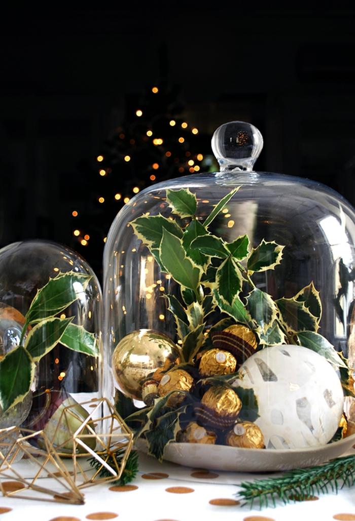 d co de noel bonbonni re en verre avec boule de Noel et bonbons au chocolat figures en m tal dor  nappe  pois dor s