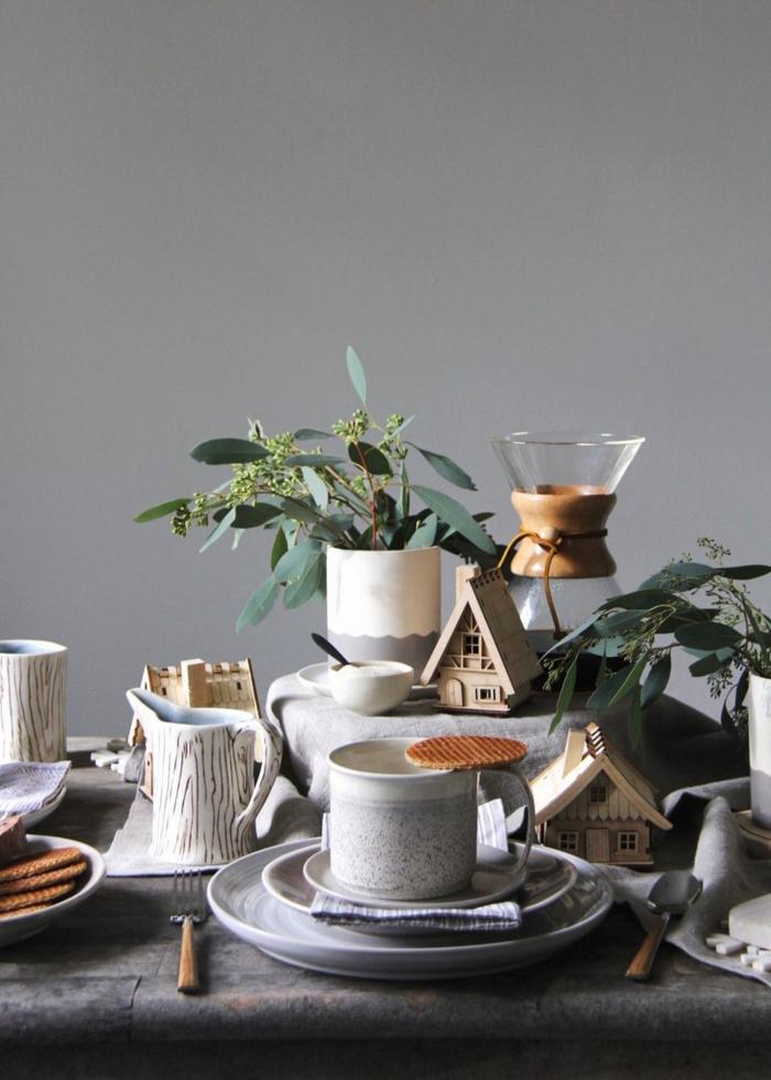 d co de noel en gris et blanc tasses  caf  d co verte maisonettes en bois biscuits d co de noel minimaliste et monochrome