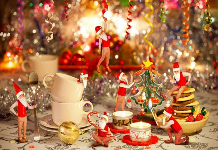 d co de table de noel petites figures p re Noel bouled de noel dor e cookies d licieux tasses  caf s blanches petites bougies sapin en papier