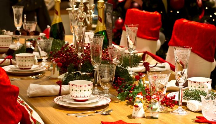 d co de table pour No l tasses  caf  rang es chaises en rouge et blanc baies rouges et brins de pin bouteilles de champagne serviettes blanches