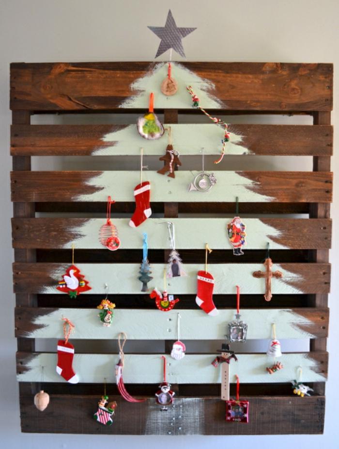 grande palette en bois au sapin blanc, chaussettes, étoile, père noel, croix, bonhomme au gingembre