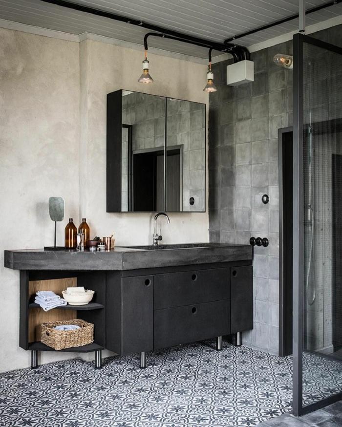 salle de bain design industriel, grand meuble sous lavabo anthracite, panier tressé, carrelage gris, placards volets miroirs, lampes industrielles
