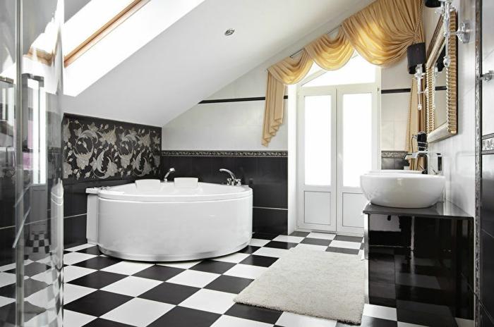 carrelage noir et blanc, baignoire blanche d'angle, rideaux beiges, meuble sous vasque noir, salle de bain rétro mansardée