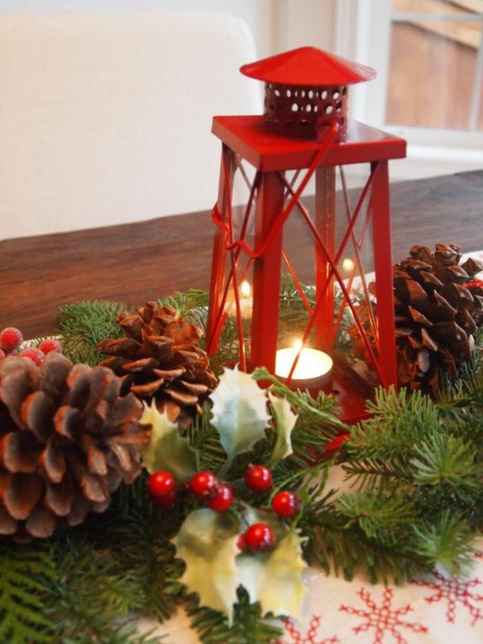 d coration de noel originale pommes de pin brins verts lanterne rouge baies rouges d co de noel  arranger sur la table