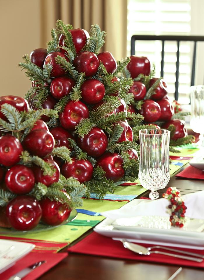 d coration de table de noel rustique deco table noel a fabriquer pommes artificielles empil es sur la table m l es de brins verts de pin verre cristal