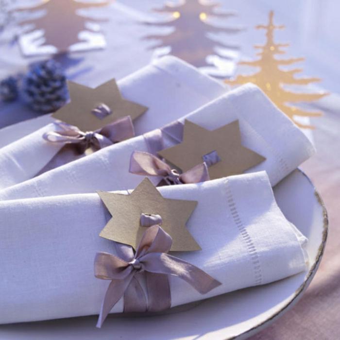 d coration douce en blanc serviettes enroul es  toiles de carton rubans attach es aux serviettes sapins d co f  riques