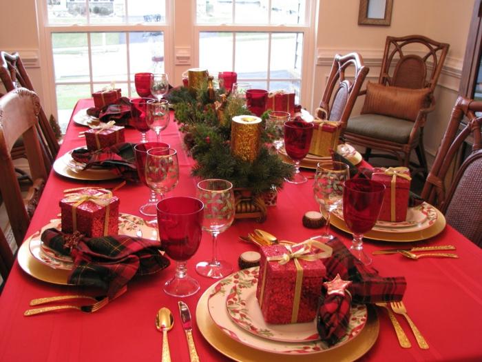d coration table de noel en rouge tasses rouges cadeaux rouges ustensiles dor s centre de table bricol  avec brins verts et bougies dor es