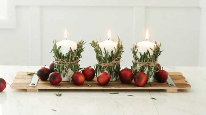 d corer sa table de noel avec produits simples et naturels trois bougies blanches nrins de romarin attach s et planche de bois