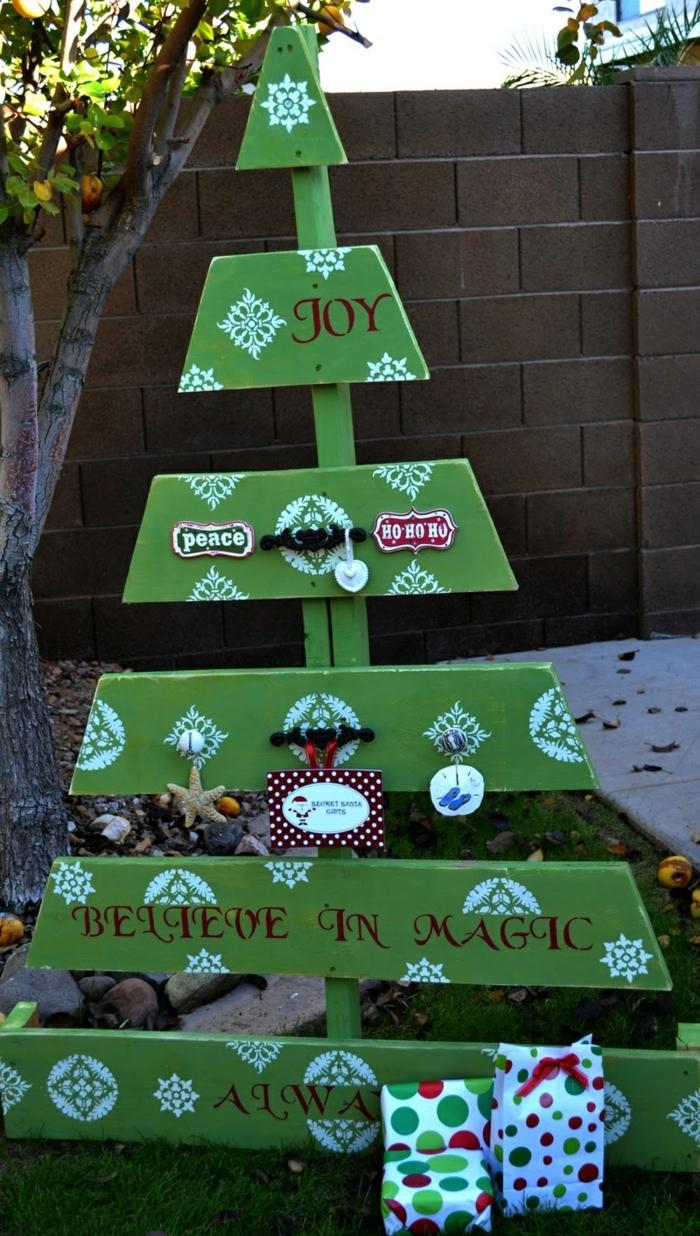 sapin décoratif vert avec scripts, accessoires vintage, carte, dessins de flocons de neige, citation inspirante