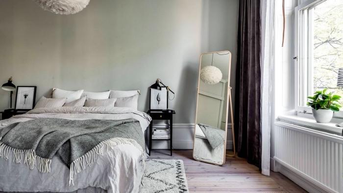 peinture chambre vert d'eau ou vert de gris, déco cozy avec tapis moelleux et jet avec franges, déco de pièce aux accents en métal noir mate