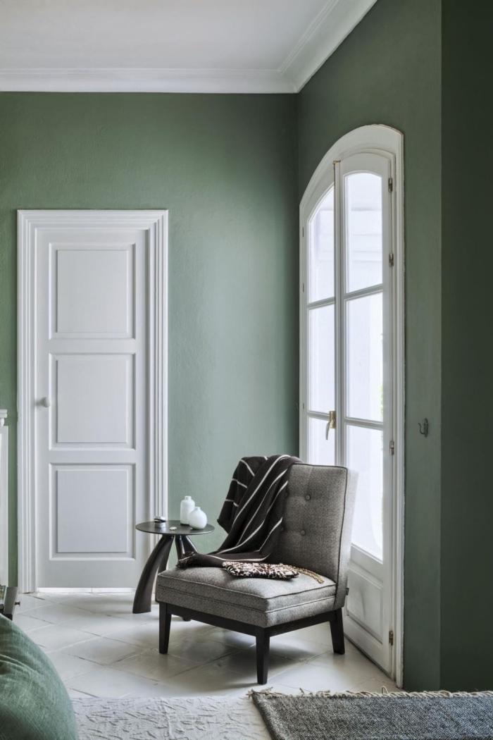 idée chambre de couleur vert d'eau ou vert gris, déco de chambre à coucher moderne aux murs vert pastel et plafond blanc