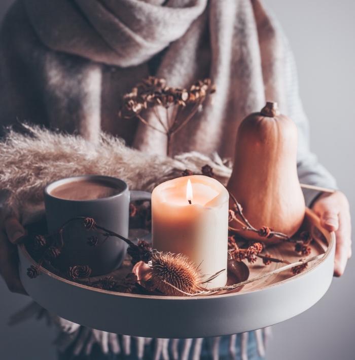 comment préparer une boisson au chocolat blanc fondu et à la citrouille, plateau pour une déco cocooning avec objets en matériaux naturels