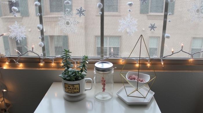 deco noel a fabriquer soi même pour égayer les fenêtres, décoration de fenêtre avec flocons de neige, guirlande de pompons blancs et guirlande lumineuse le long du rebord