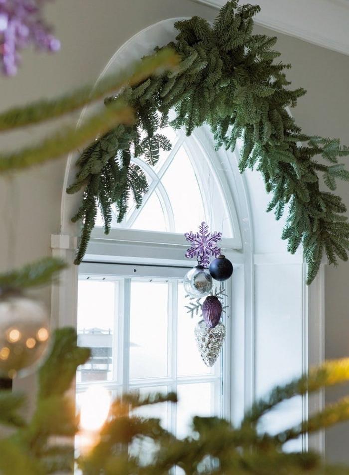 deco noel a faire soi meme, ornement de noël composé de boules de noël et de flocons de neige suspendus à la fenêtre