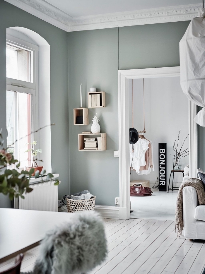 aménagement de salon scandinave aux mur gris, déco pièce bicolore en blanc et vert pastel avec meubles de bois