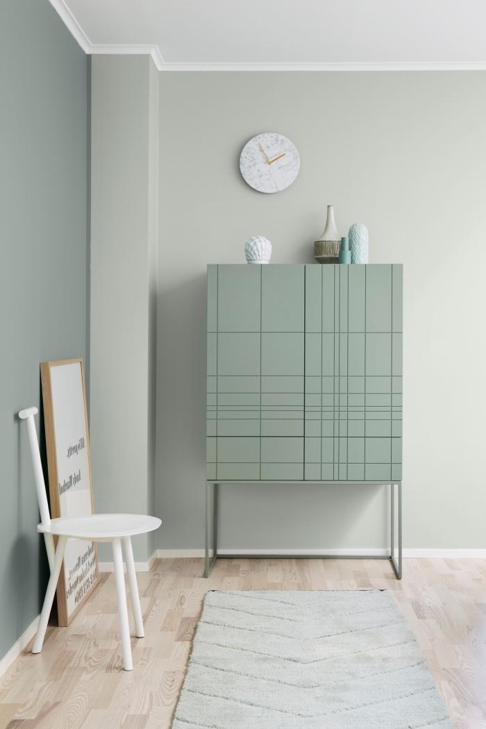 design intérieur stylé aux murs pastel, idée quelle couleur associer au gris, pièce aux murs en nuances de vert et plafond blanc