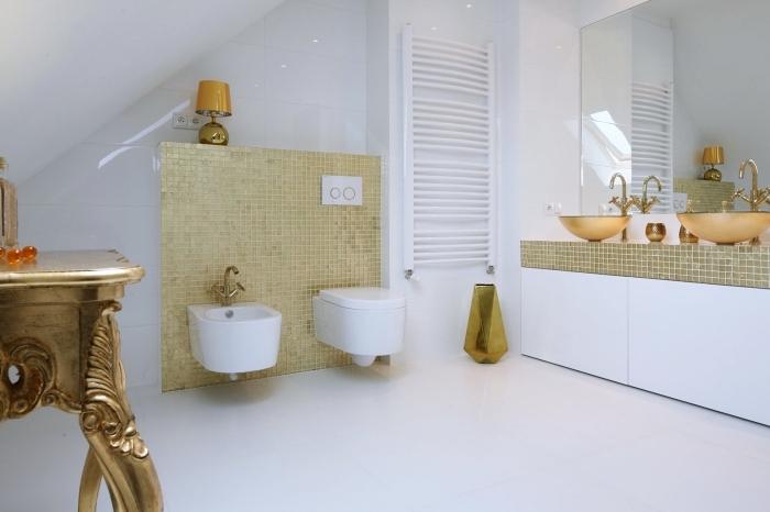 quelle faience salle de bain sous pente, exemple de design intérieur luxueux avec meubles et revêtement à finition dorée