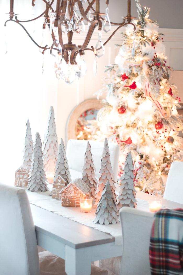 une déco de table de noel féerique en blanc avec des mini sapin de noel en carton recyclé et des maisons en pain d'épice décoratives, sapin de noel en carton réalisé à partir d'une boîte recyclée