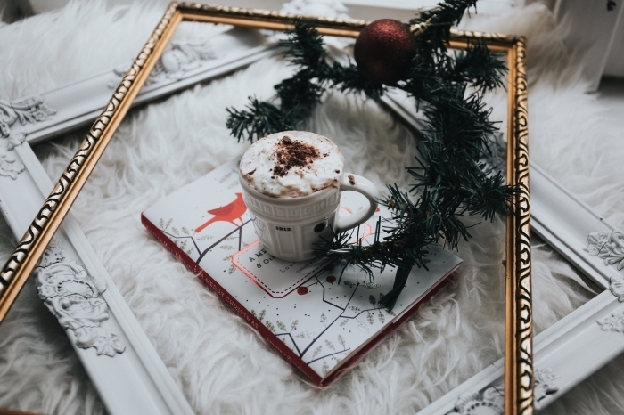 idée préparation chocolat chaud a l ancienne, objets de décoration pour ambiance cocooning, modèle de mug tasse de café aux motifs relief