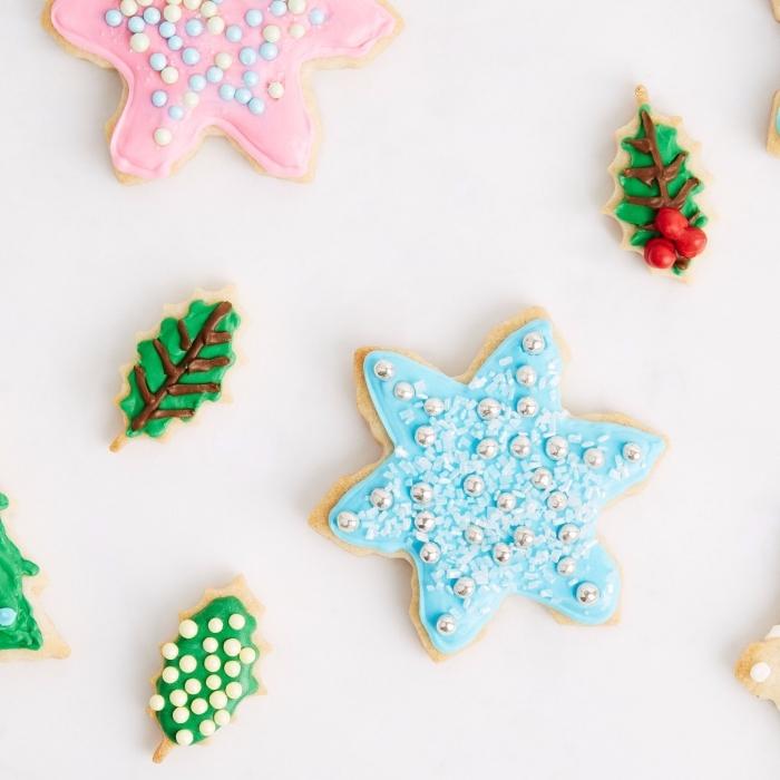 bredele alsacien au beurre, décoration de petit gâteau au glaçage coloré avec perles comestibles, biscuit en forme étoile