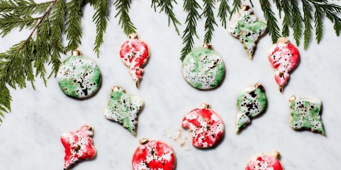 comment décorer les sables de noel, biscuits en formes ornements de sapin, colorer les biscuits de noel aux motifs aquarelles