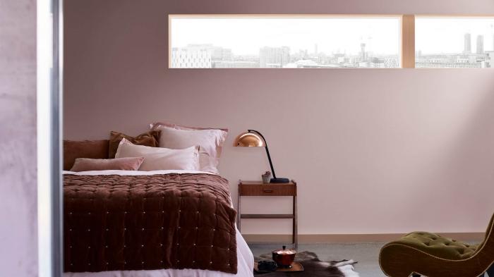 exemple de peinture chambre fille en nuance de rose, idée comment décorer une pièce femme avec meubles en bois marron