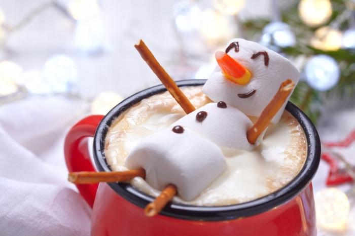 idée comment servir une boisson chaude de Noël, idée mug boisson chaude au chocolat fondu et crème fraîche avec guimauves