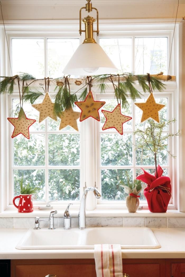 décoration de noel à fabriquer en bois, décoration de fenêtre avec une branche de bouleau suspendue agrémentée de brins de sapin et d'étoiles