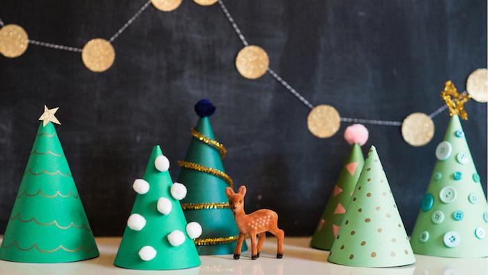 exemple de décoration de noel à fabriquer en papier, petit sapin de noel papier avec deco de dessins, pompons, boutons et autres, scène de noel