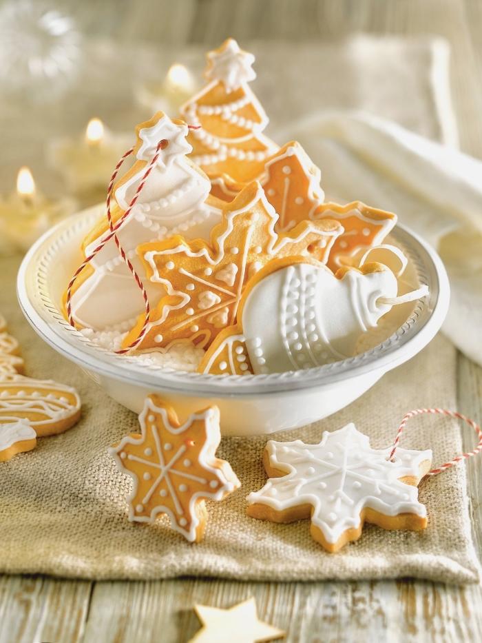 comment faire des jouets de sapin en pâte, décorer des sablés avec glaçage royal, idée recette biscuit noel facile