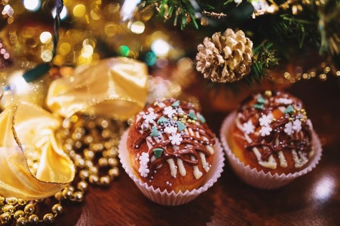 exemple petit gateau de noel à la vanille, idée décoration facile pour un gâteau de Noel avec chocolat et nonpareils