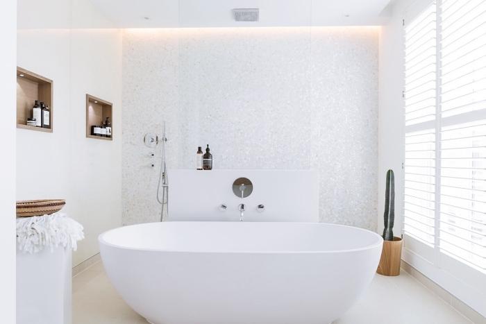 idee salle de bain moderne aux murs blancs et finitions en bois, exemple aménagement pièce humide avec baignoire