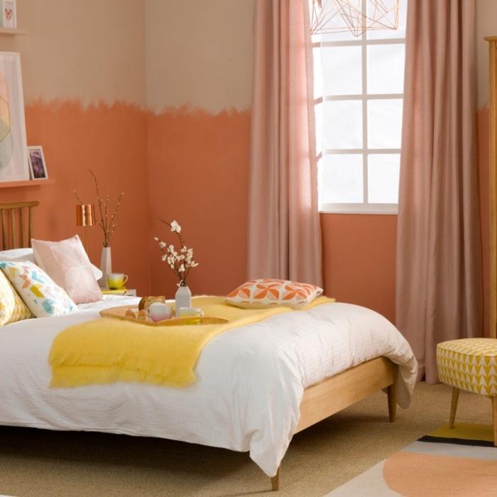 comment peindre les murs dans une pièce tendance 2019, coloris murs en orange et beige, accessoires de couleur jaune