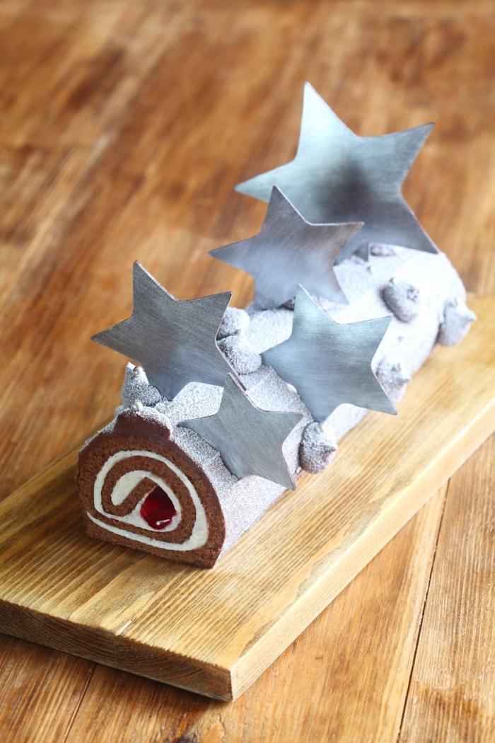 buche patissiere facile au chocolat et vanille, sans glaçage, saupoudrée de sucre glace et décorée avec des étoiles en papier métallisé
