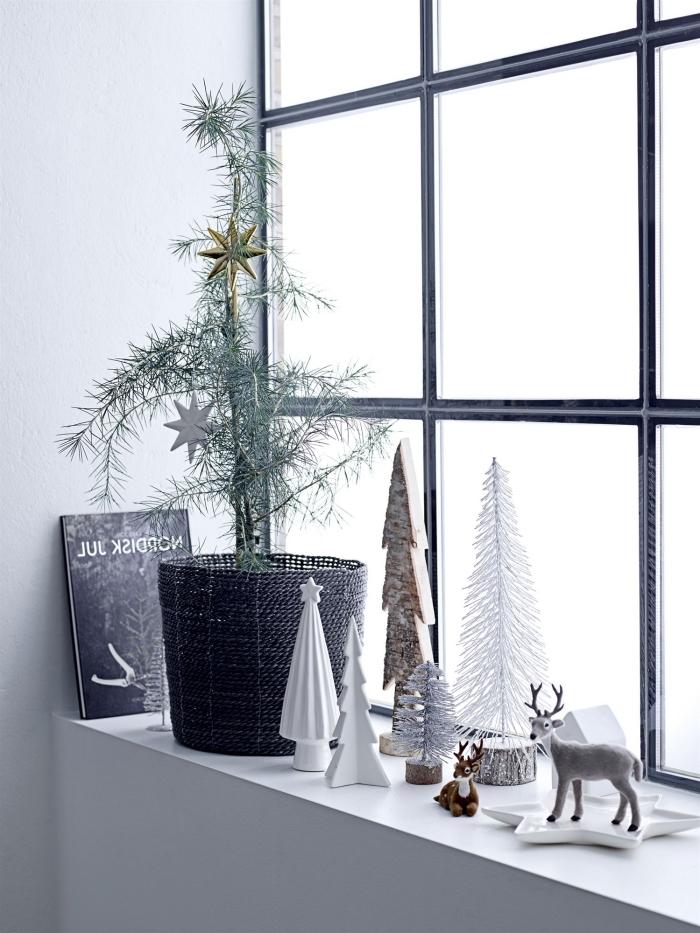 décoration de rebord de fenêtre de style scandinave minimaliste avec un arbre de noël naturel en corbeille et des mini sapins décoratifs, deco de noel a faire soi meme