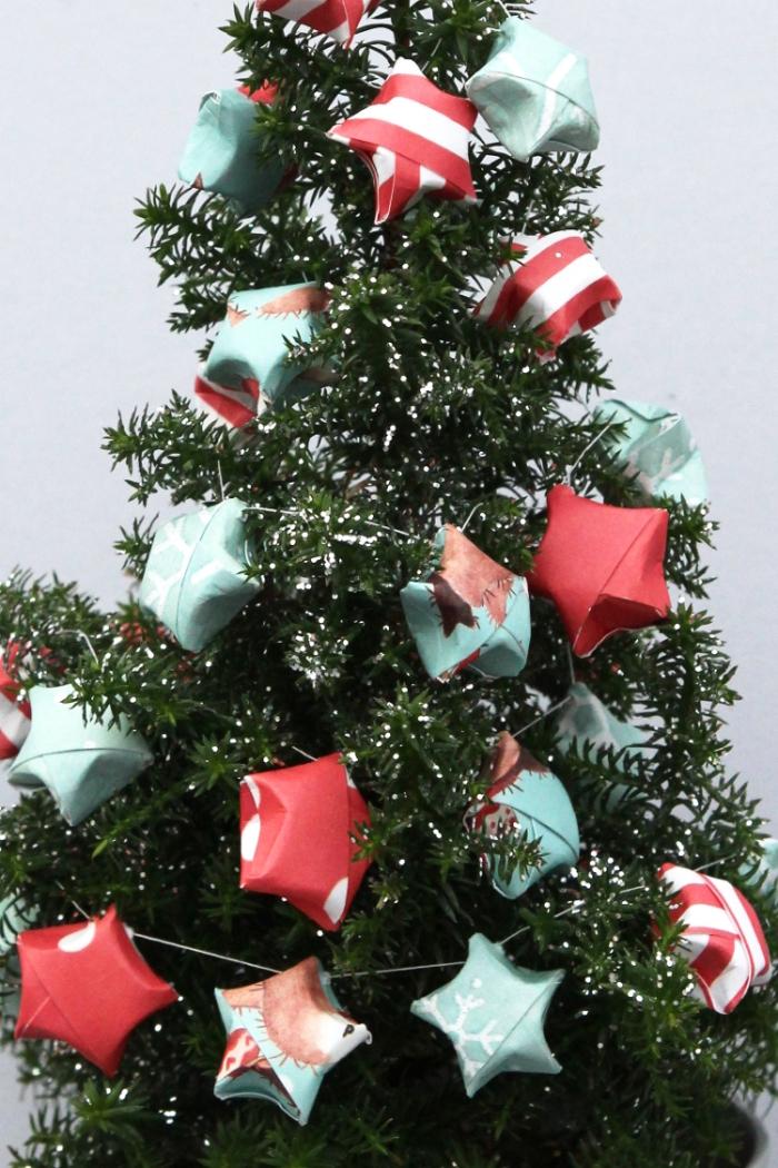 décoration de sapin aérienne et poétique de guirlande avec petites étoiles en origami, deco de noel maison réalisée à l'aide des techniques de pliage origami