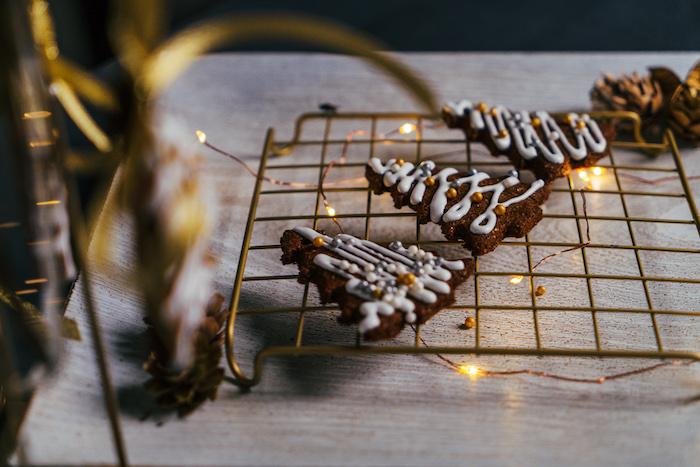 biscuit pain d épice avec decoration glaçage royal et des perles comestibles dorées, decoration biscuit de noel