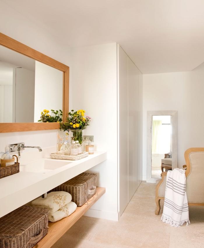 meuble salle de bain en blanc et bois, déco de salle de bain aux murs blancs avec meubles et objets en bois