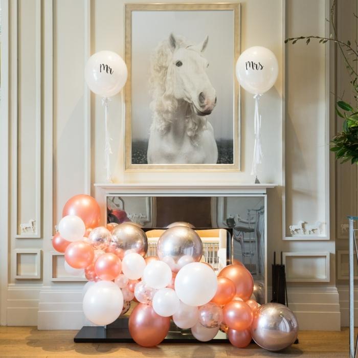 décoration romantique, arche mariage, portrait de cheval blanc, mur blanc, cheminée décorative