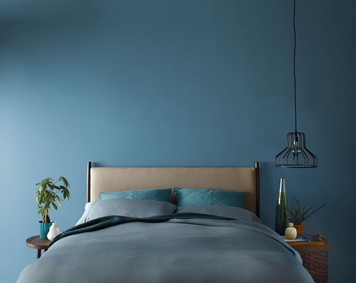design intérieur minimaliste aux meubles en bois et fer, coloris terre bleue, couleur chambre adulte moderne, peinture murale en bleu