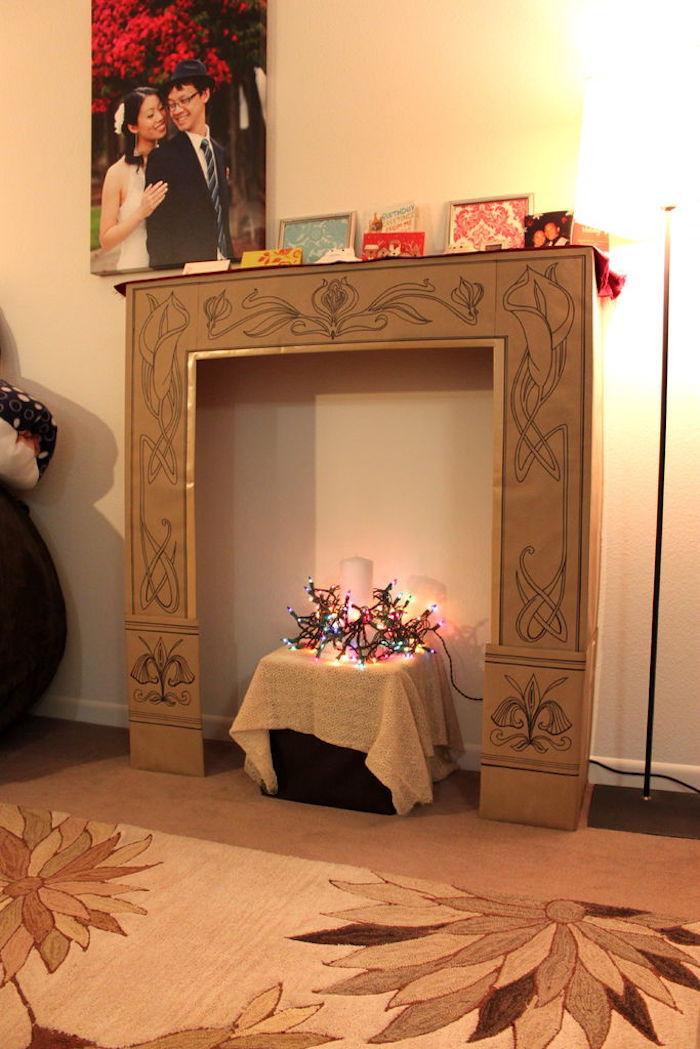 faux manteau de cheminée en carton fait maison dans salon déco kitsch pas cher avec déco de noel