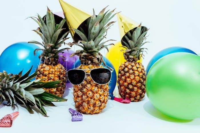 idee pour votre deco de fete avec des ananas et des ballons, idée de soirée reveillon 2018 insolite style cubain