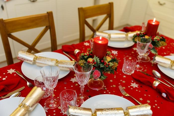 deco de noel a faire soi meme nappe rouge saucisses en papier dor  serviettes de table pli es bougies rouges chaises en bois