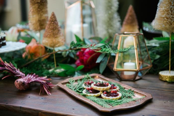 deco de noel a faire soi meme plateau d cor  de brins verts et de cookies lanternes cuivr es avec bougies allum es sapins artificiels
