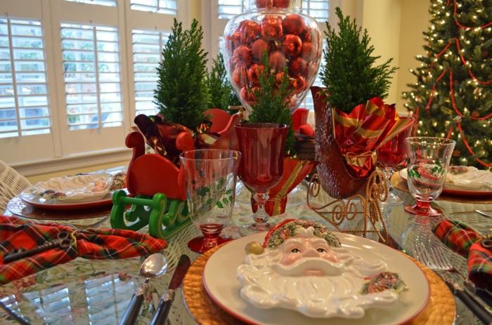 deco de table noel assiette p re Noel bonbonni re pleine de boules rouges tra neau festif en vert et rouge petit ssapins verts serviettes en tissus motifs carr s