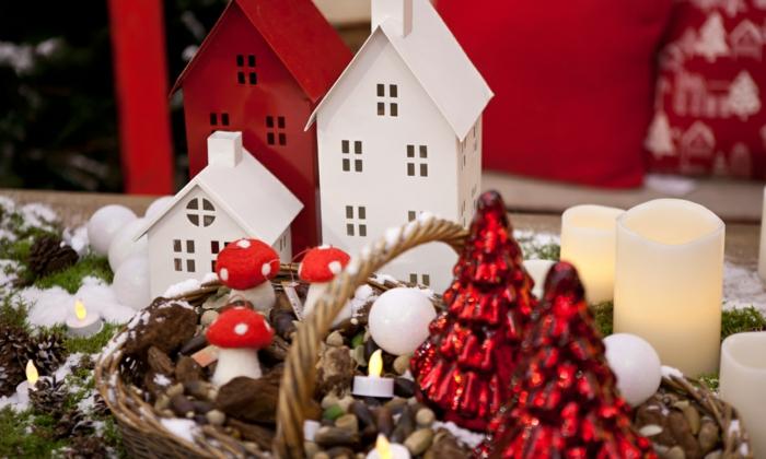deco de table noel corbeilles en mat riaux naturels maquettes de maisons champignons bougies led pommes de pin mousse verte sapins rouges