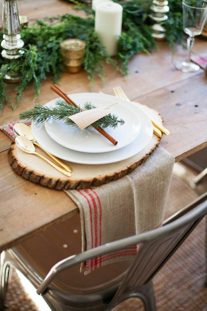 deco de table noel rondin de bois assiettes blanches b tons de cannelle cuill res dor es chaise industrielle table en bois grandes serviettes de table en jute