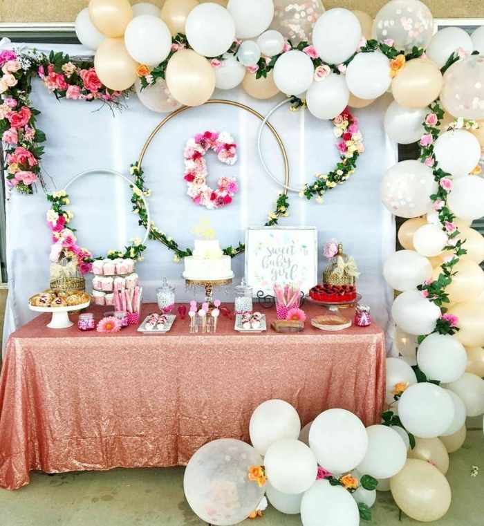 arche ballons, arche mariage, cerceaux décorés de feuilles vertes et fleurs, nappe rose cendré, gâteaux,muffins roses