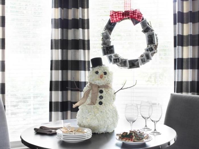 idée originale de couronne de noel a fabriquer soi même à partir de photos personnalisées, suspendue à la fenêtre à l'aide d'une ruban festif, déco centre de table avec un bonhomme de neige original