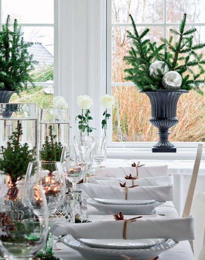 deco noel a faire soi meme centre de table bocaux pleins deau sapins verts petites lampes vases avec branches de pin et boule de noel
